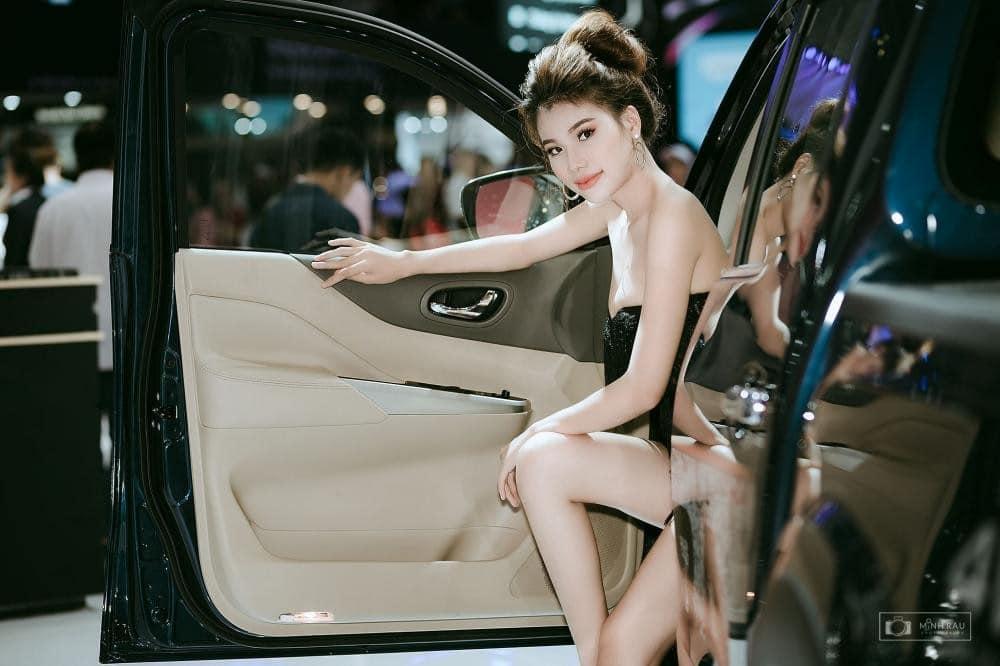 Người mẫu quảng cáo ô tô xe hơi xế hộp cực đẹp và chất lừ như nước cất